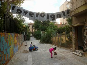 Eingangsbereich und Installation in situ: Vassiliea Stylianidou ›WHAT IS TO BE UNDONE‹ (Athens version), 2013